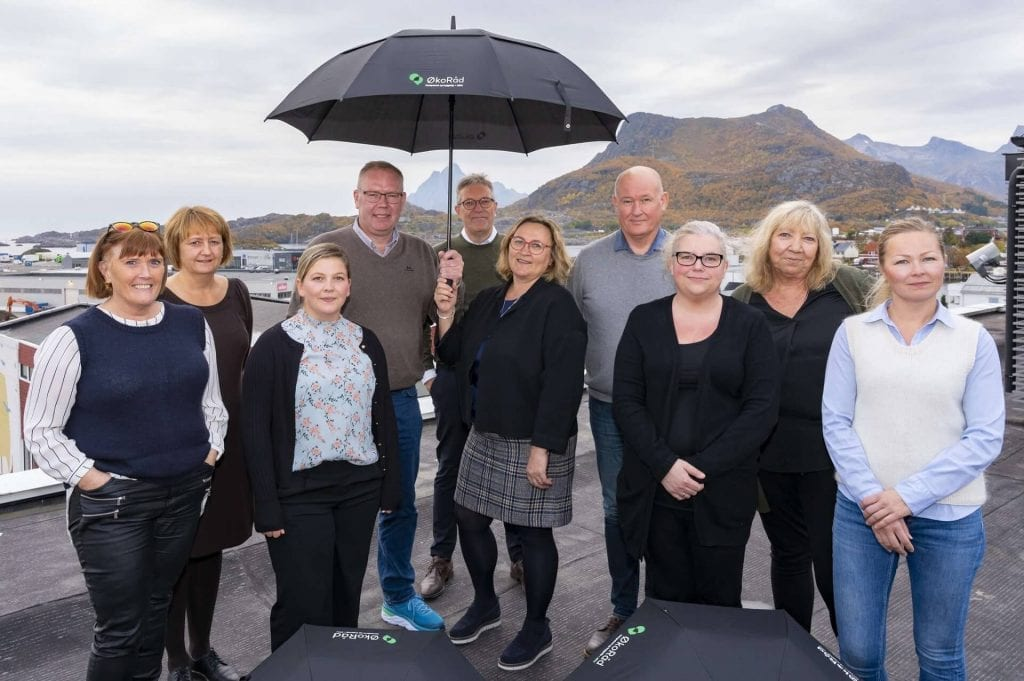 Bilde av mennesker på et tak med Lofot-natur i bakgrunnen