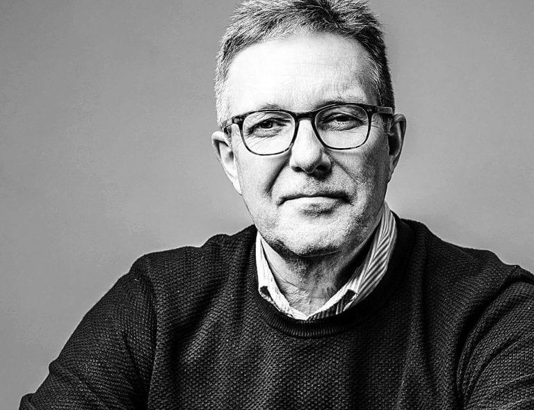 Portrettbilde av en mann i sort/hvitt